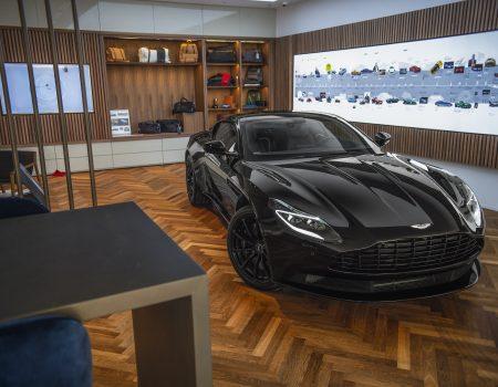 DB11 V12 AMR Çift Rengiyle Aston Martin Turkey Showroom'da Yerini Aldı